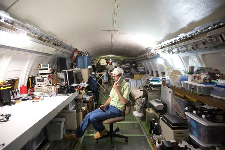 man lives in a boeing 727