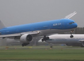 Boeing 777 Lands In Windstorm