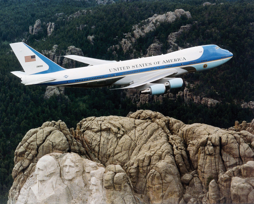 Air_Force_One_over_Mt._Rushmore