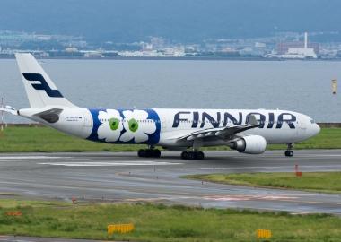 Finnair Pilot Helps Mom Take Care of Her Baby