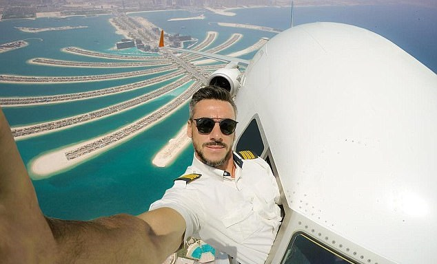 The internet is freaking out over this guy's airplane selfies