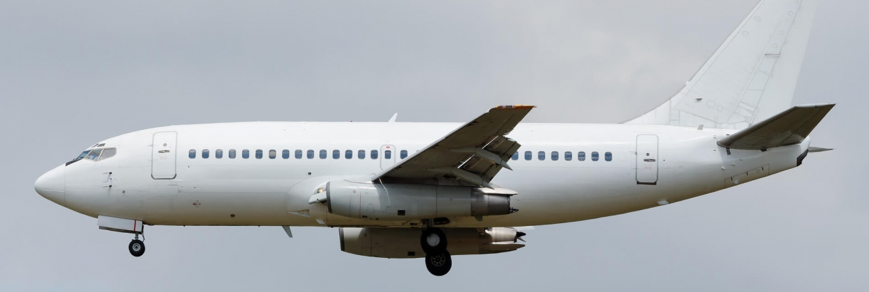 A white-tail Boeing 737-200 on approach