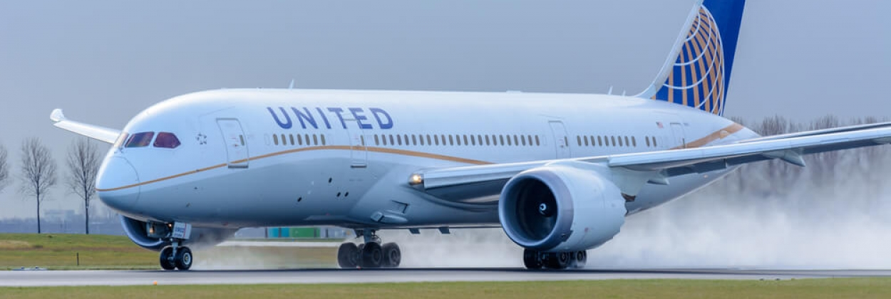 United Airlines Boeing 787 landing at Amsterdam Sciphol Airport A